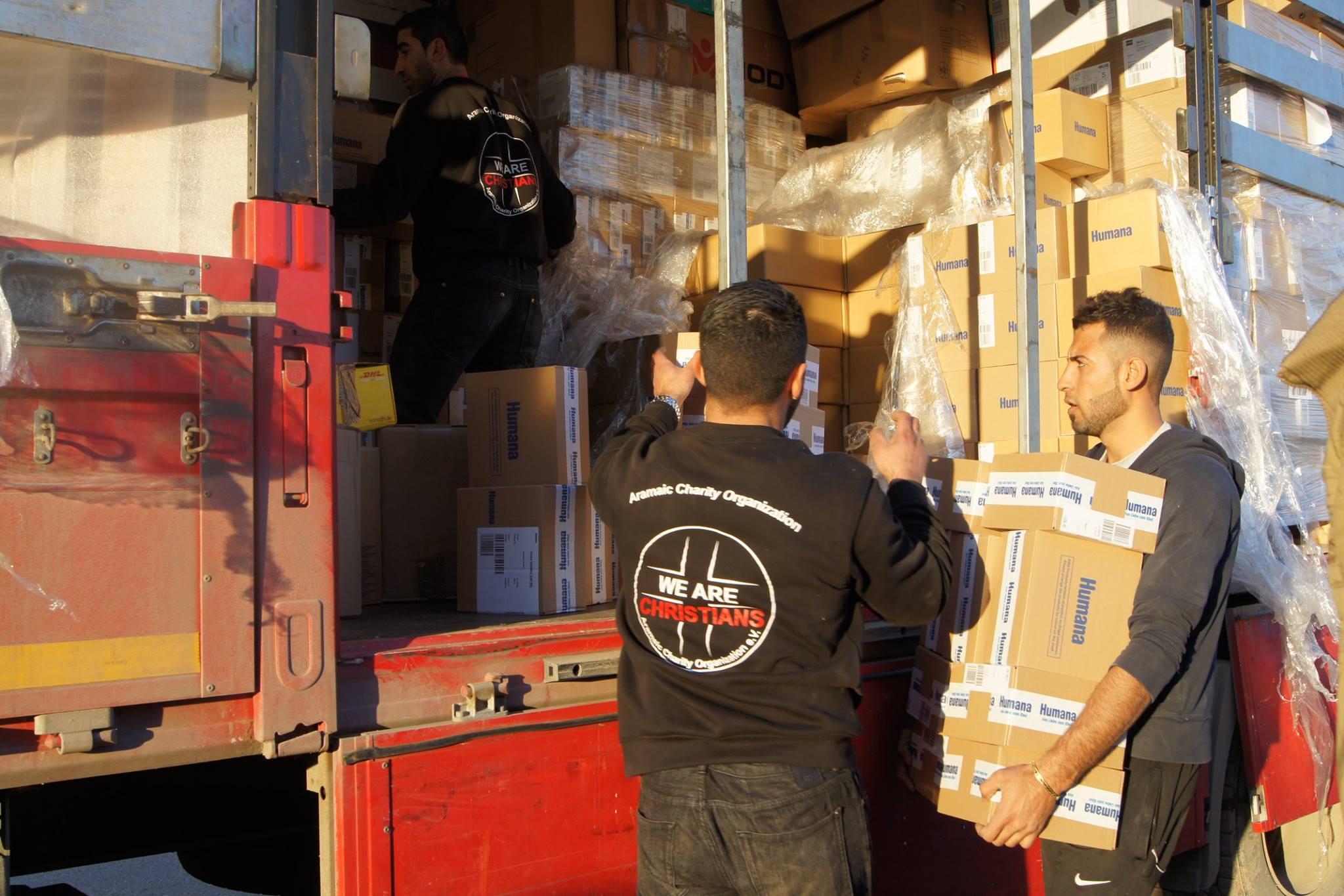 WeAreChristians beim Abladen der Lieferung von Babynahrung in den Nordirak