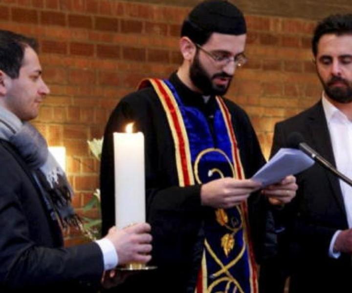 Pfarrer Charbel Imghimiz von der syrisch-orthodoxen Mutter-Gottes-Gemeinde Bad Vilbel mit Messdienern bei der Gast-Lesung des Evangeliums in der evangelischen Christuskirchengemeinde.
